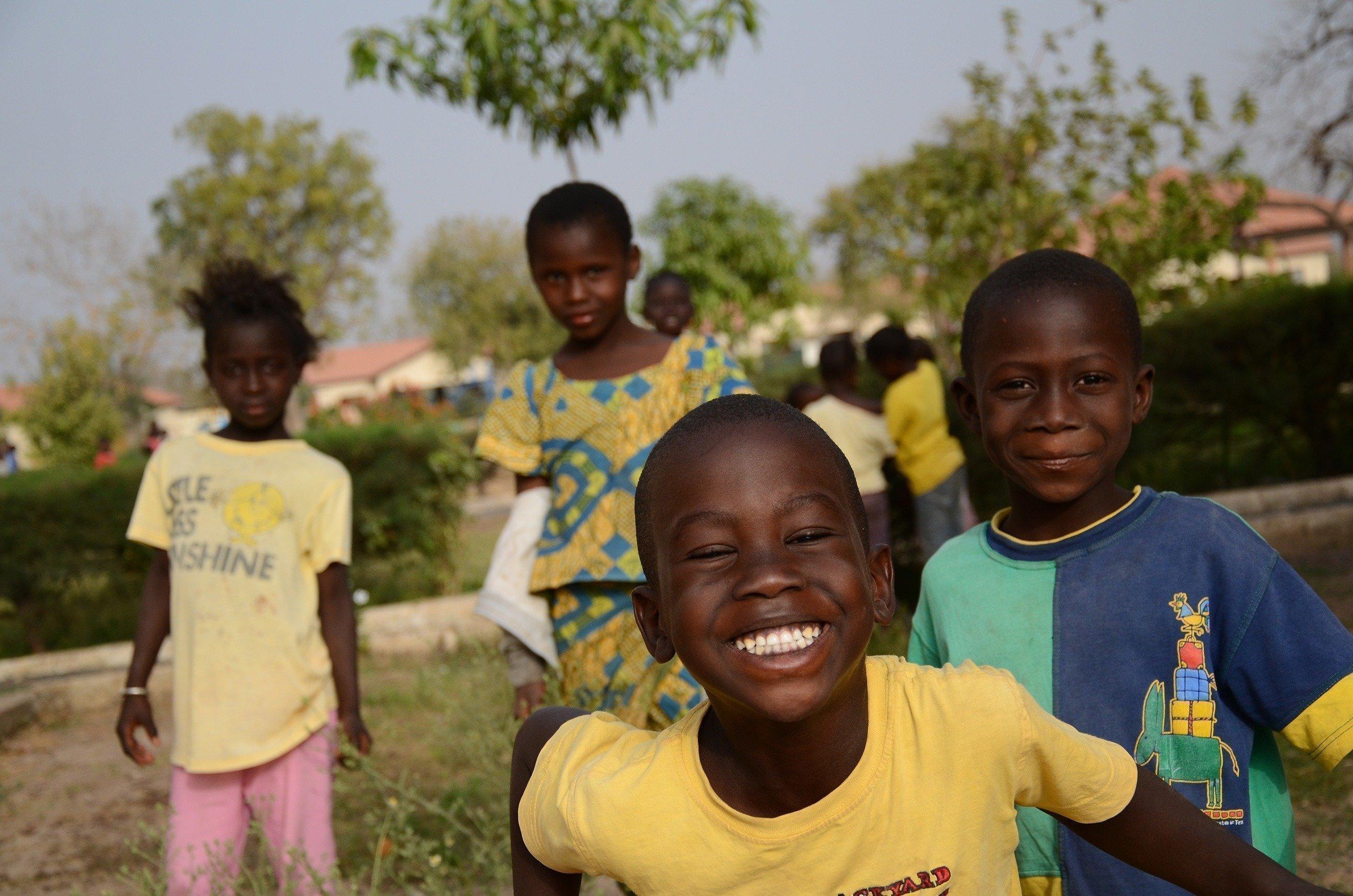 Viele lachende Kinder blicken in die Kamera.