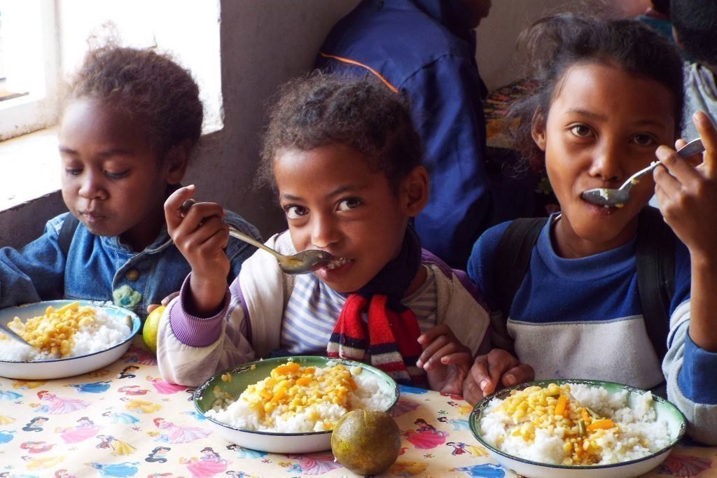 Un enfant en train de prendre son déjeuner.