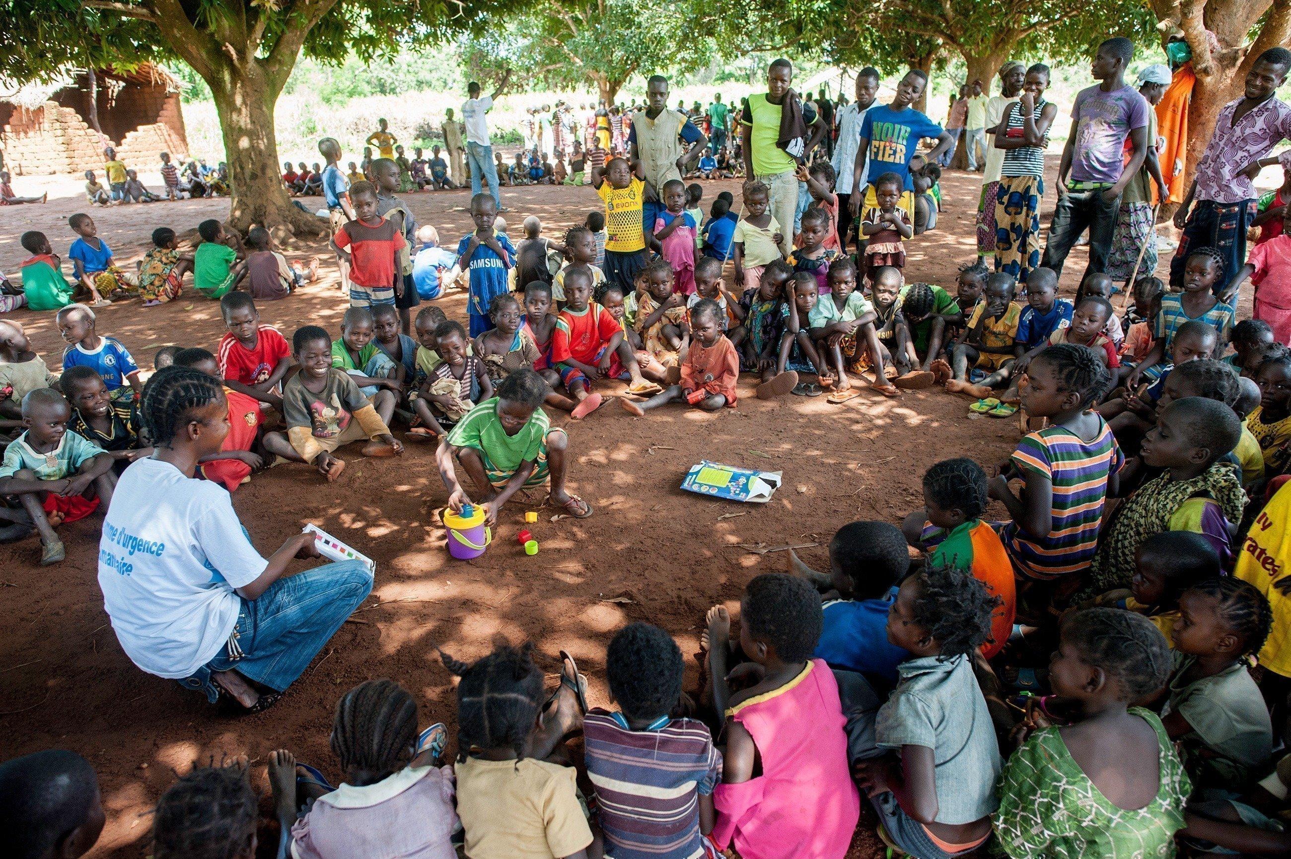 Des enfants assis en rond avec une animatrice de SOS VE.