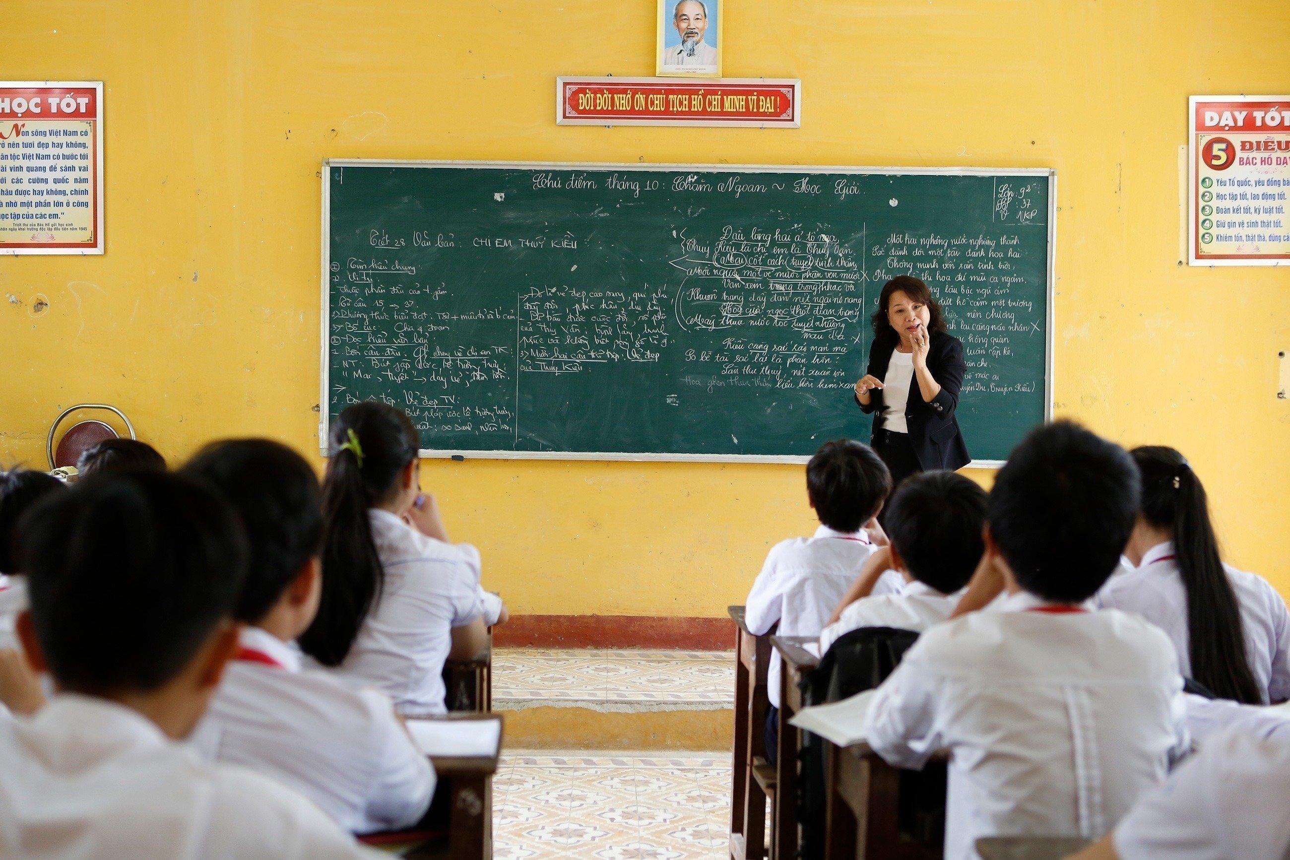 Un enseignant au tableau faisant la classe.