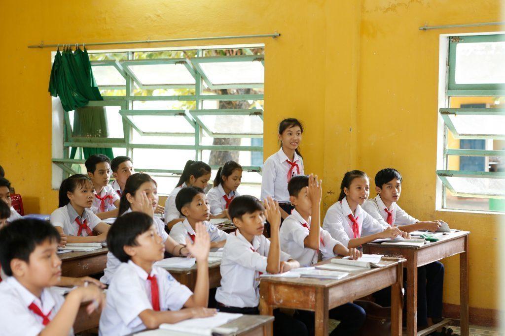 Des enfants à l'école écoutant la leçon.
