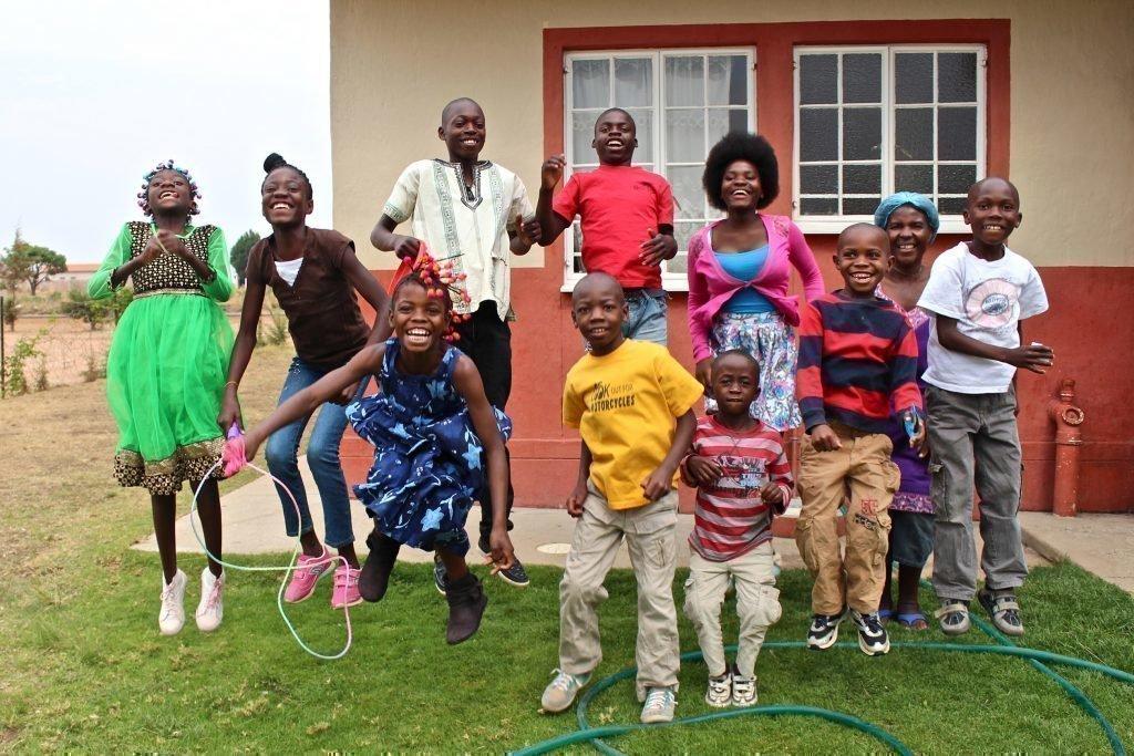 Une famille heureuse devant sa nouvelle maison.