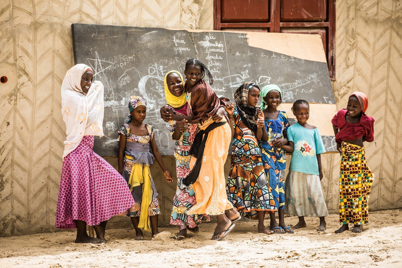 Kinder spielen in der Schule in Niger.