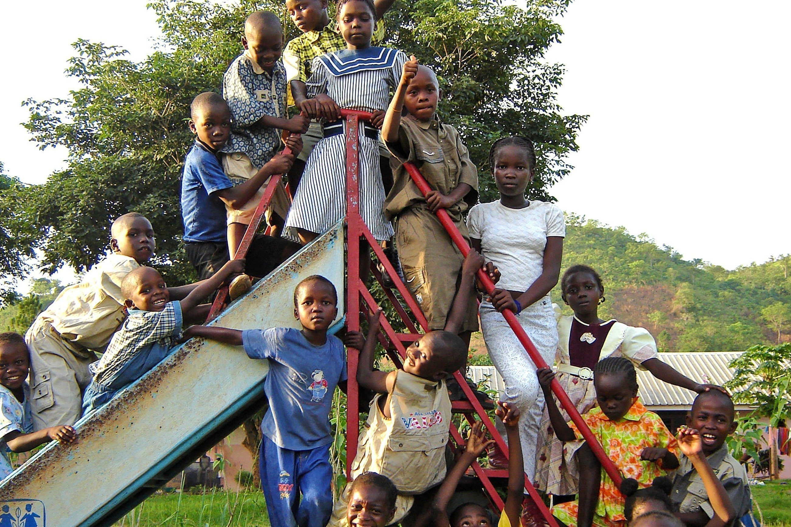 Des enfants devant un toboggan.