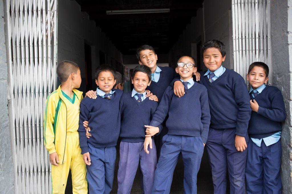 Des écoliers népalais en uniforme.