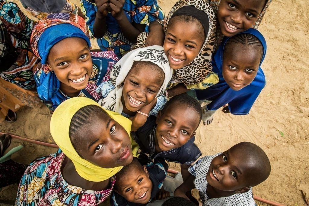 Un groupe d'enfants en train de rire.