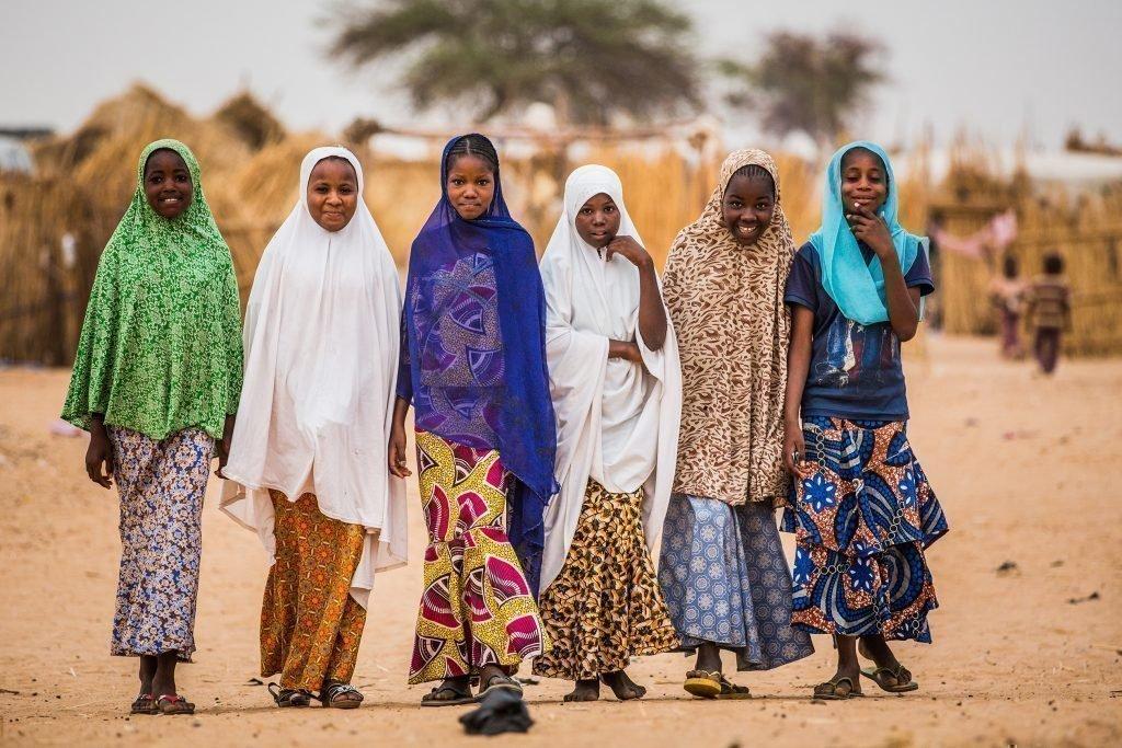 Un groupe de fillettes portant de jolies robes.
