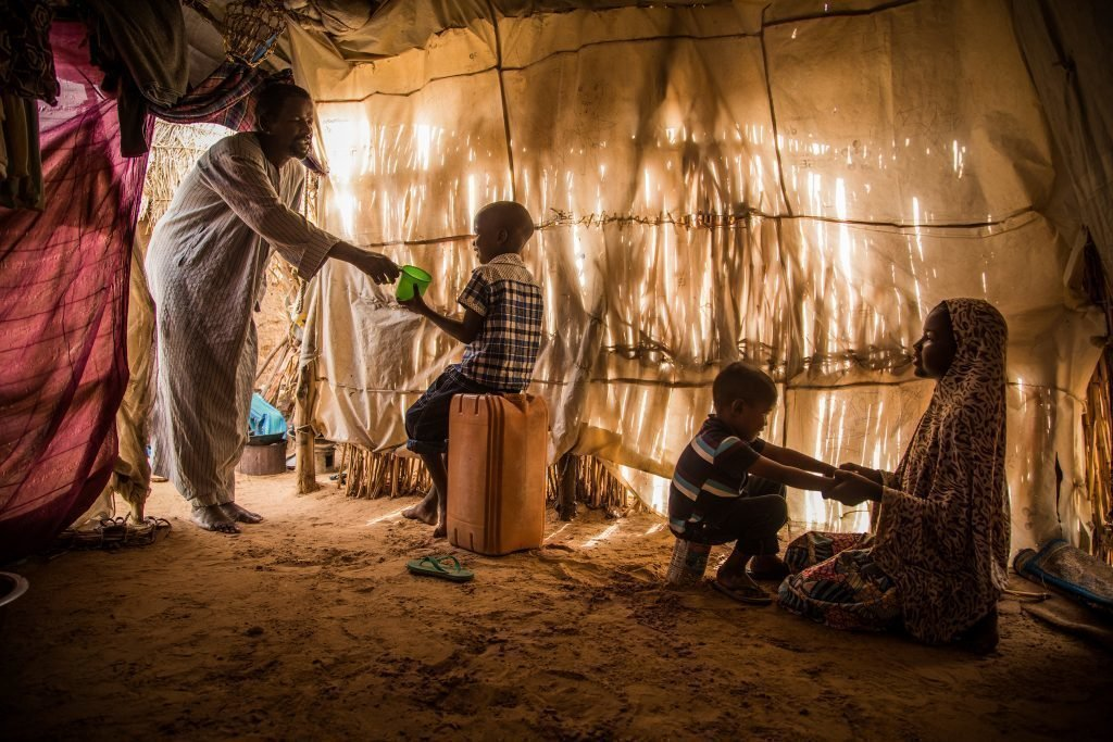 Deux enfants dans une hutte.