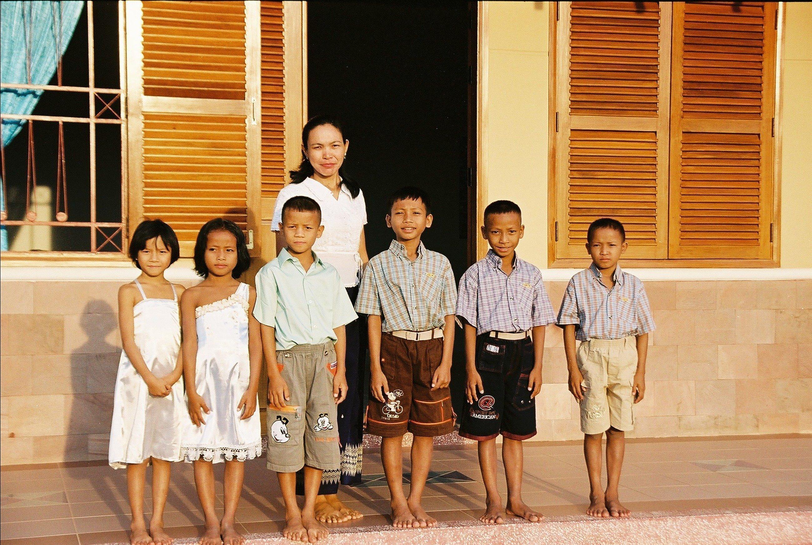 six enfants avec leur mère.