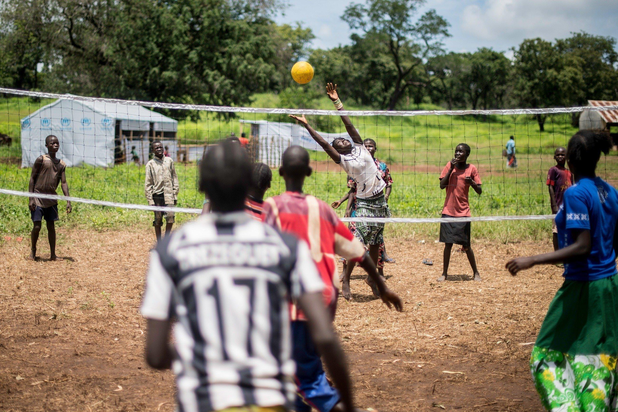 Un groupe d'enfants jouant au volleyball.