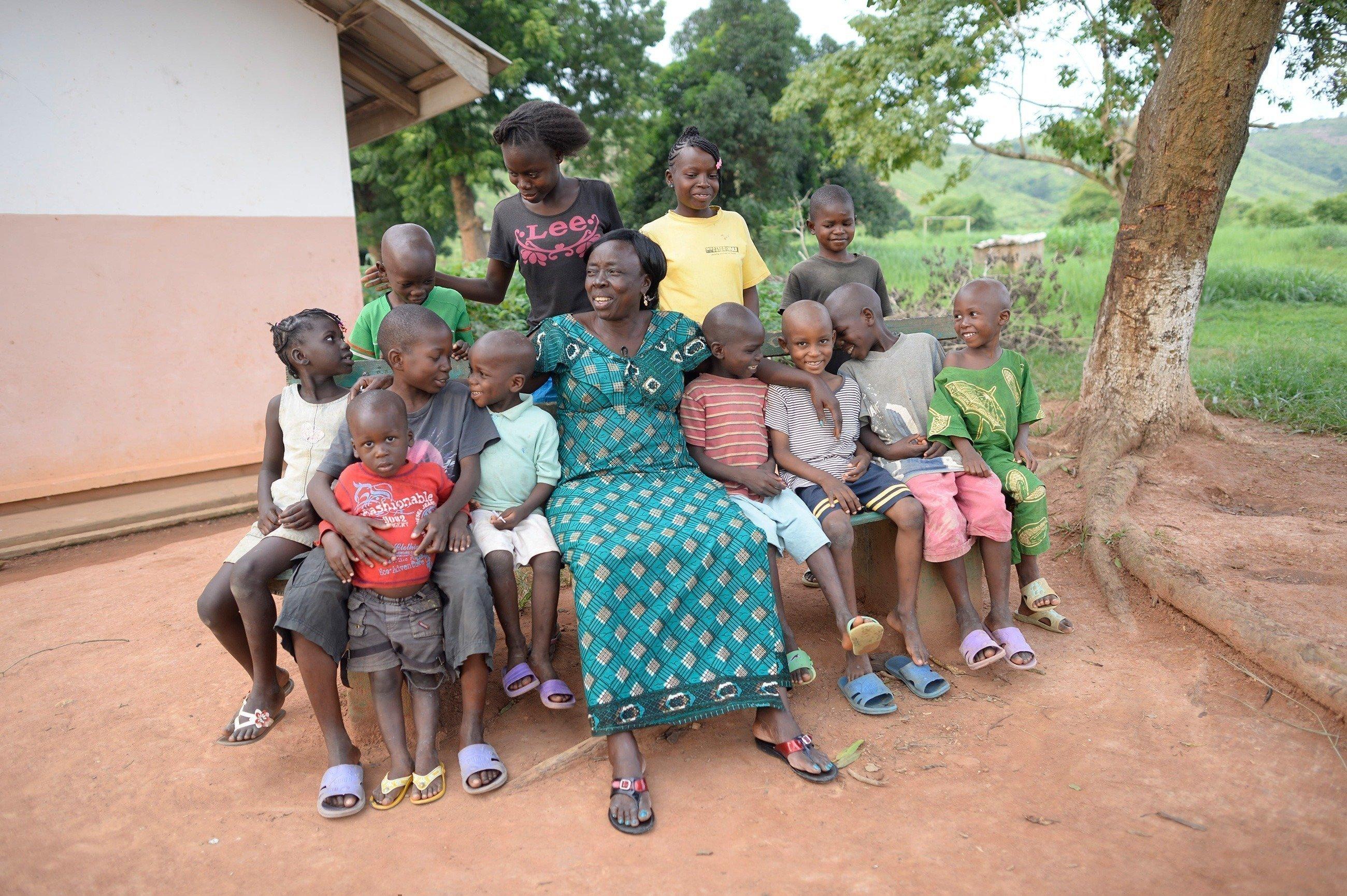 Une maman SOS avec un groupe d'enfants.