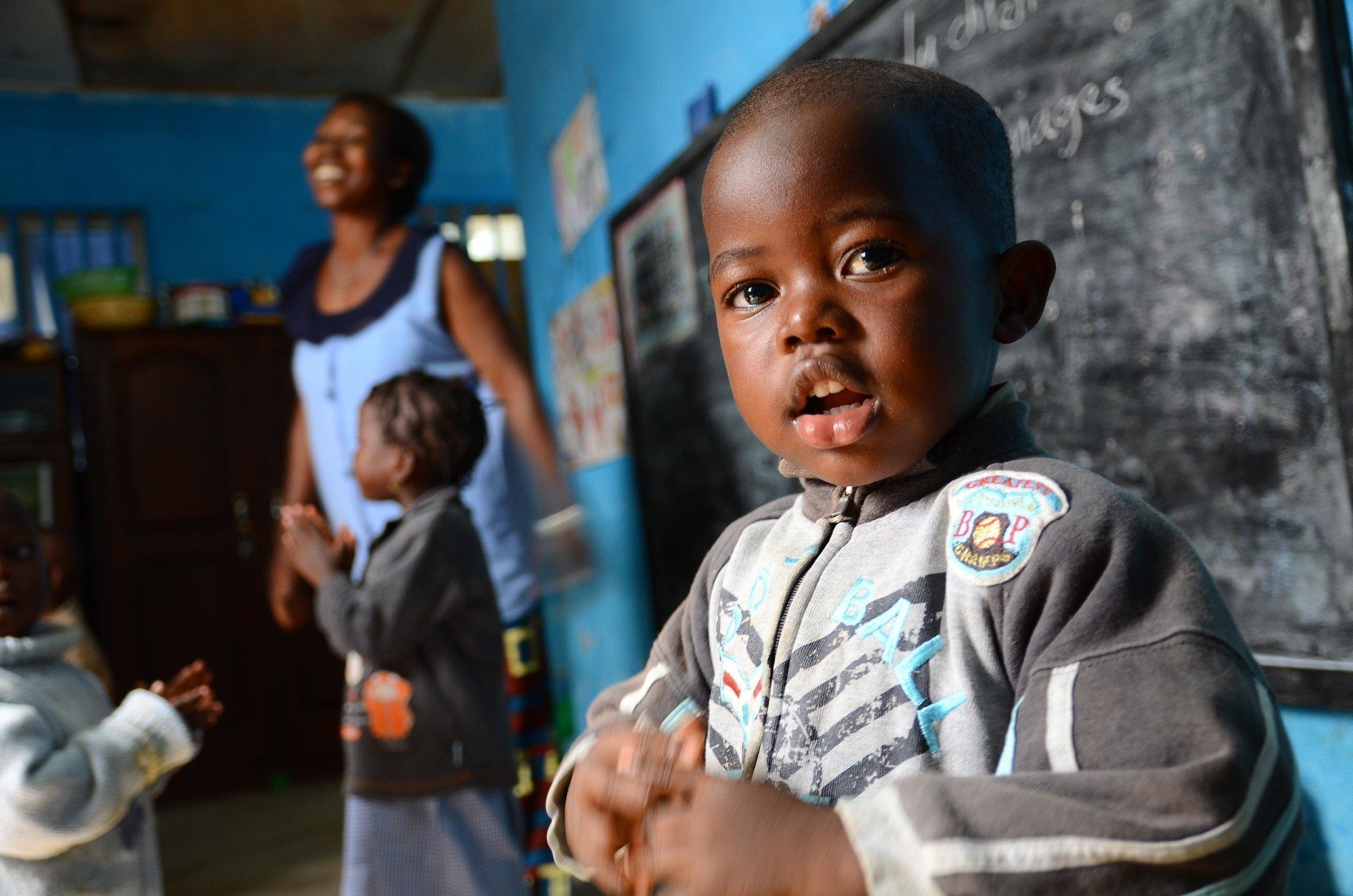 Un petit garçon souriant à l'école.