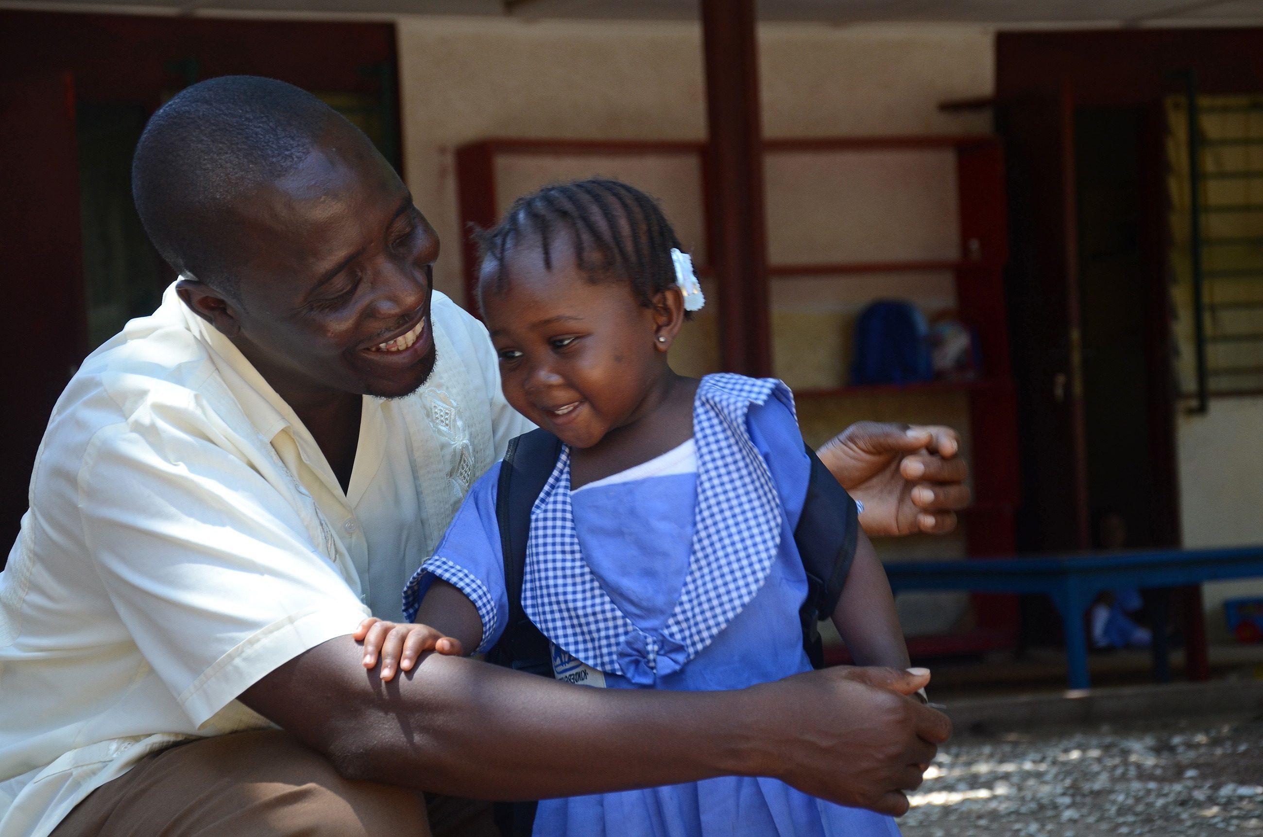 Un professeur africain et une écolière au village d'enfants SOS.