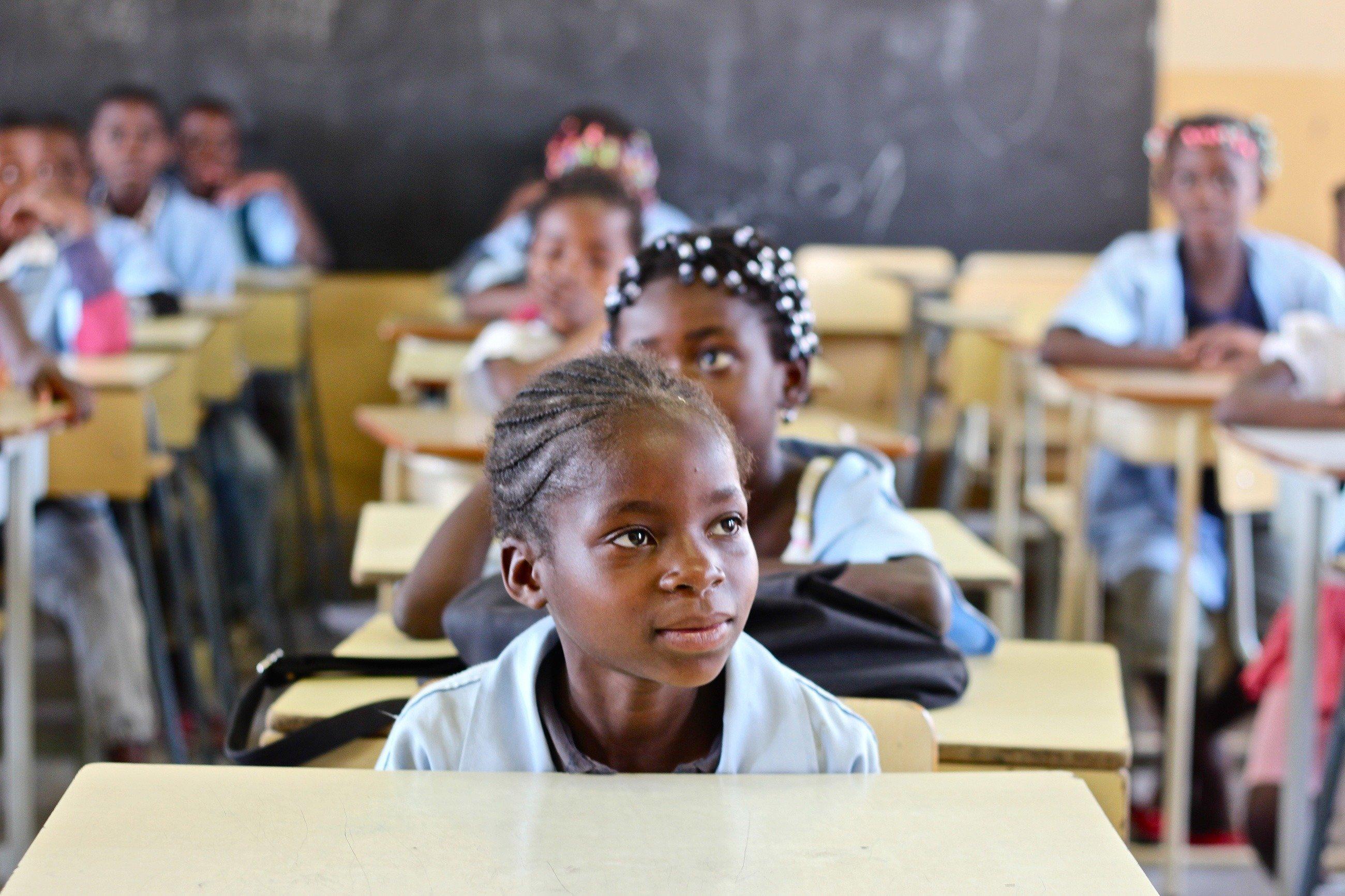 Une petite fille africaine écoute attentivement le cours.