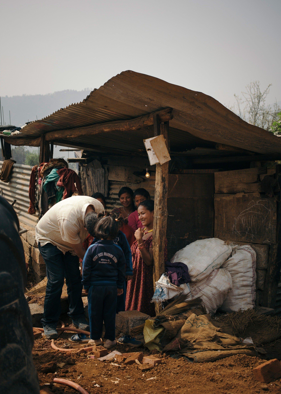 La situation d'une famille démunie au Népal, dans une cabane en bois.