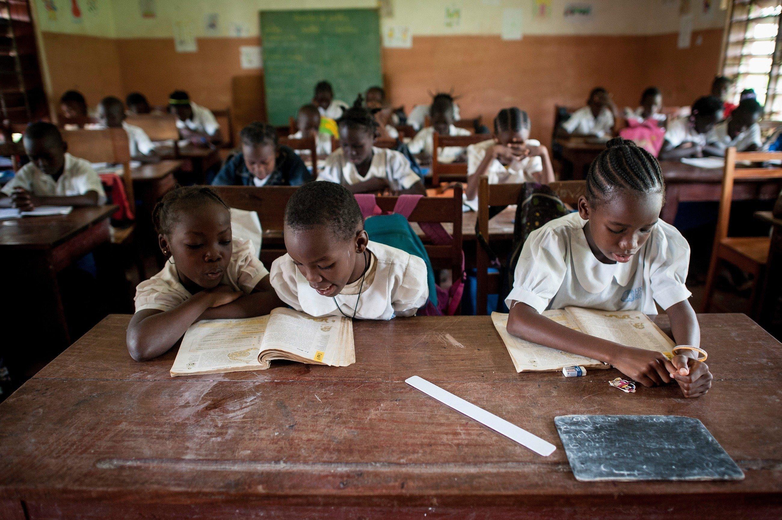 Mädchen in der Schule lernen.