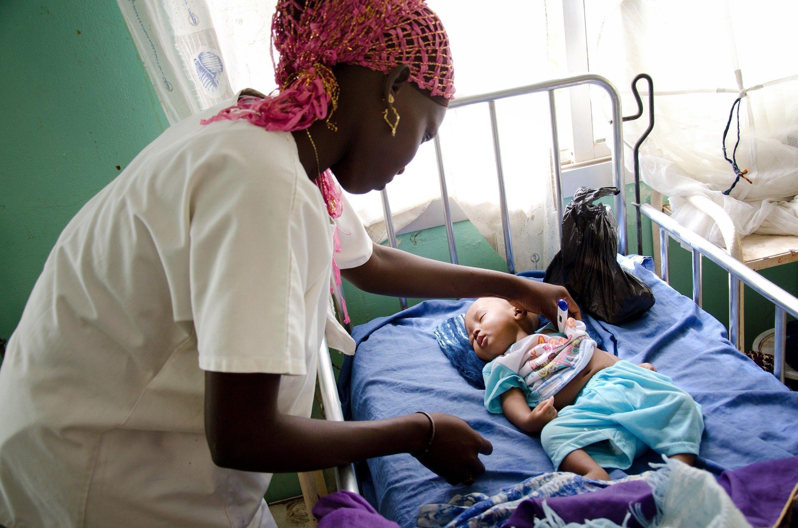 Baby wird in einer Klinik von einer Ärztin versorgt.