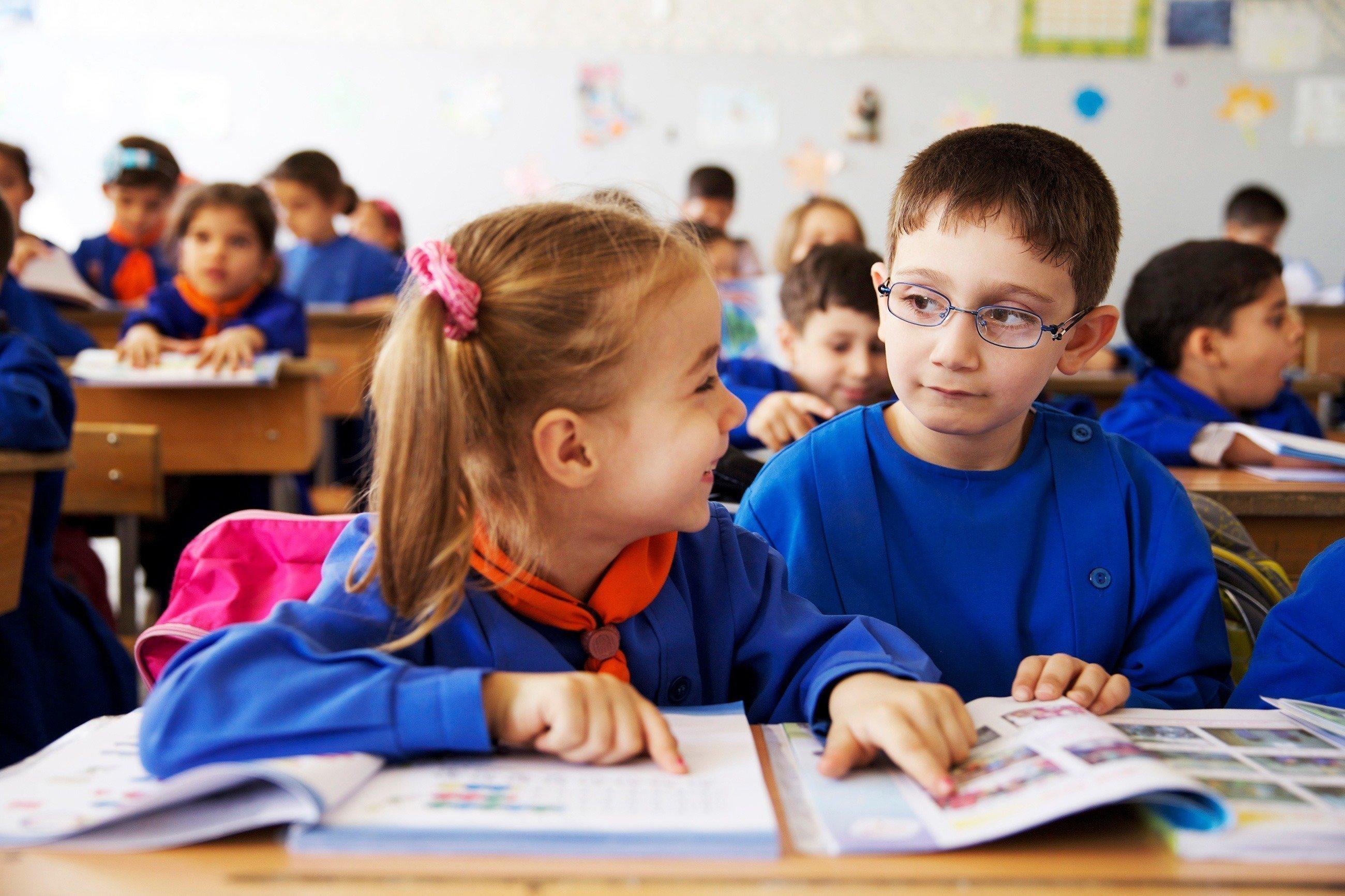 Deux enfants qui rient, à l'école.