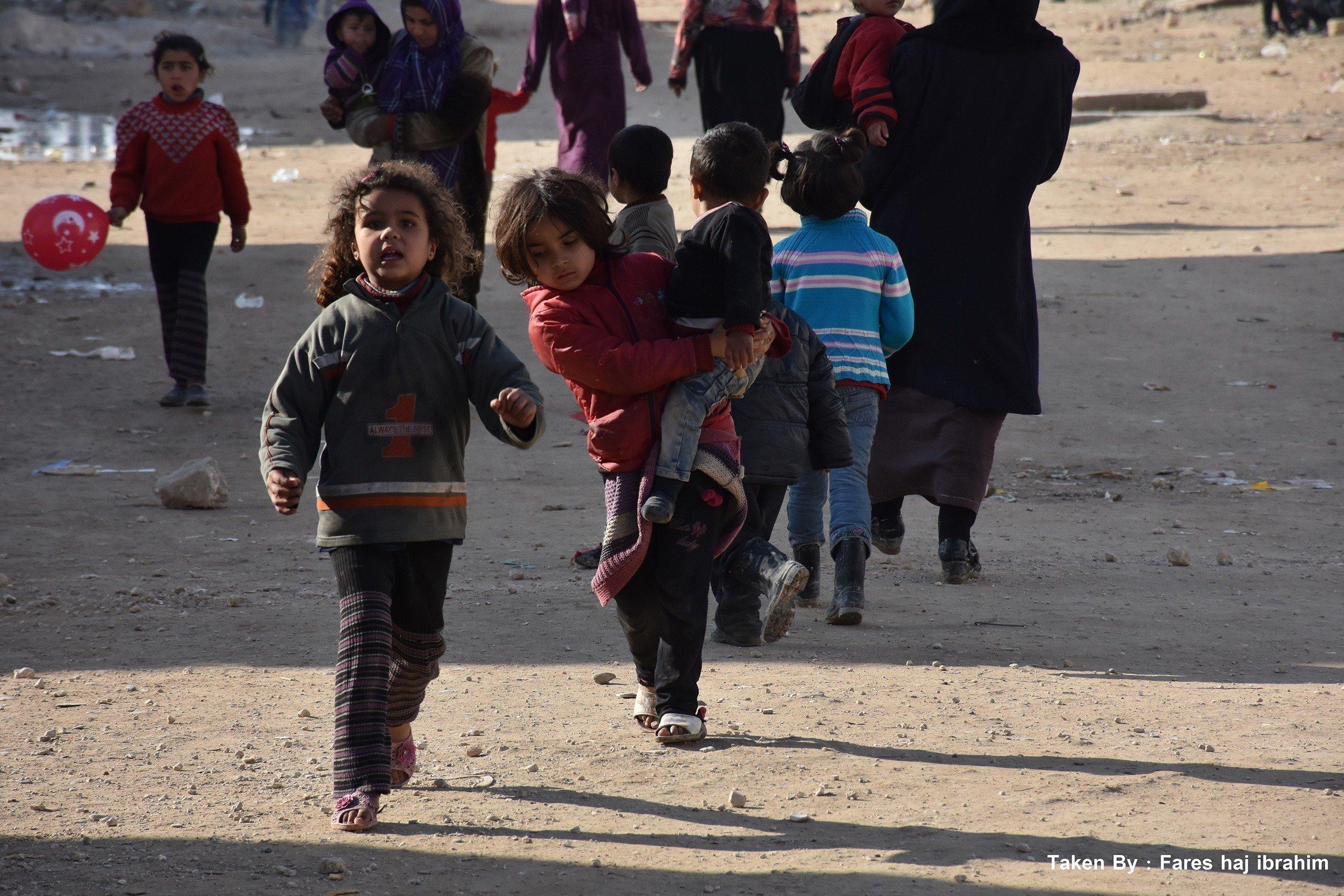 De jeunes enfants dans la rue.