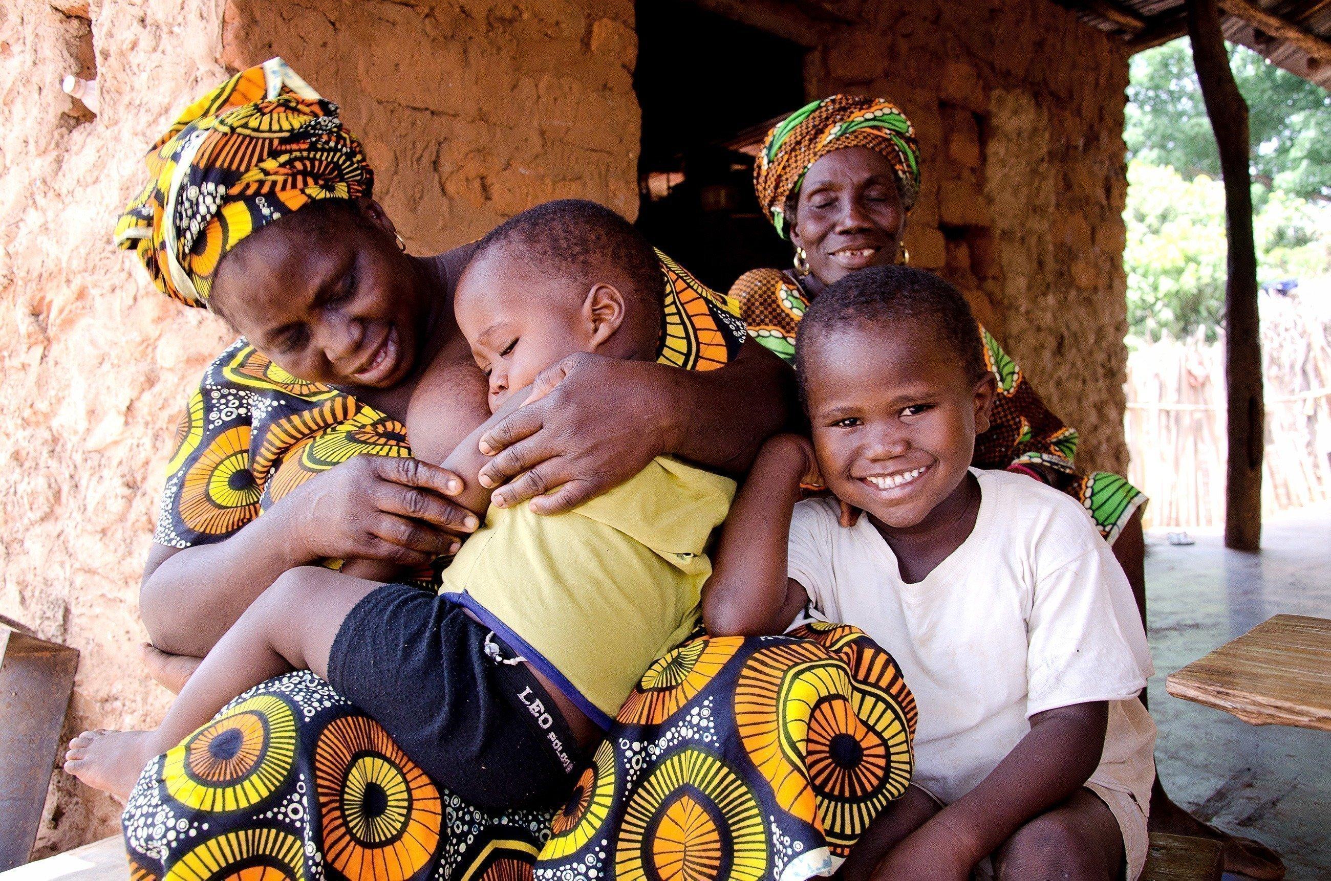 Famille avec enfant endormi.