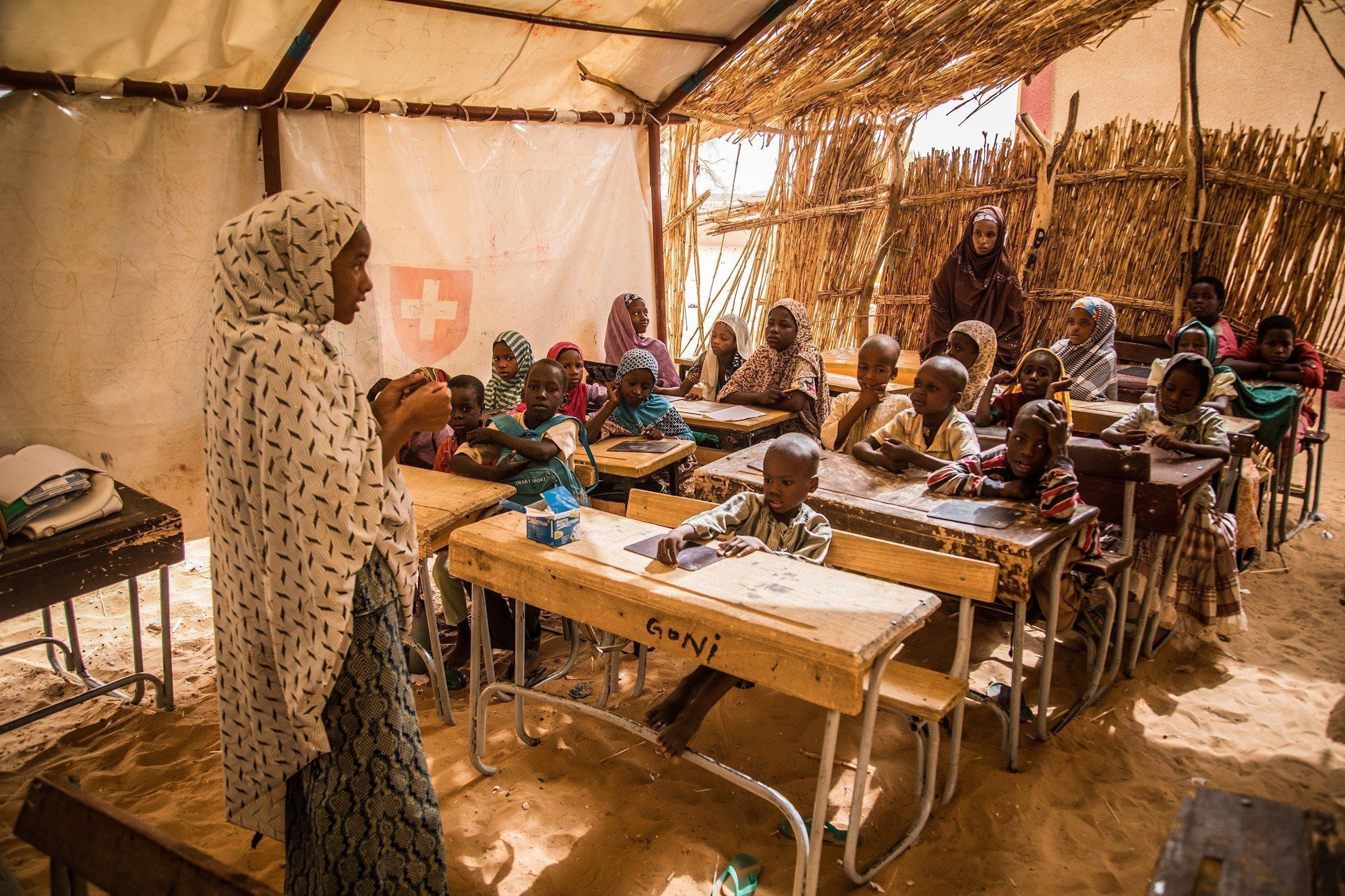 En Ethiopie, une classe écoute l'institutrice.