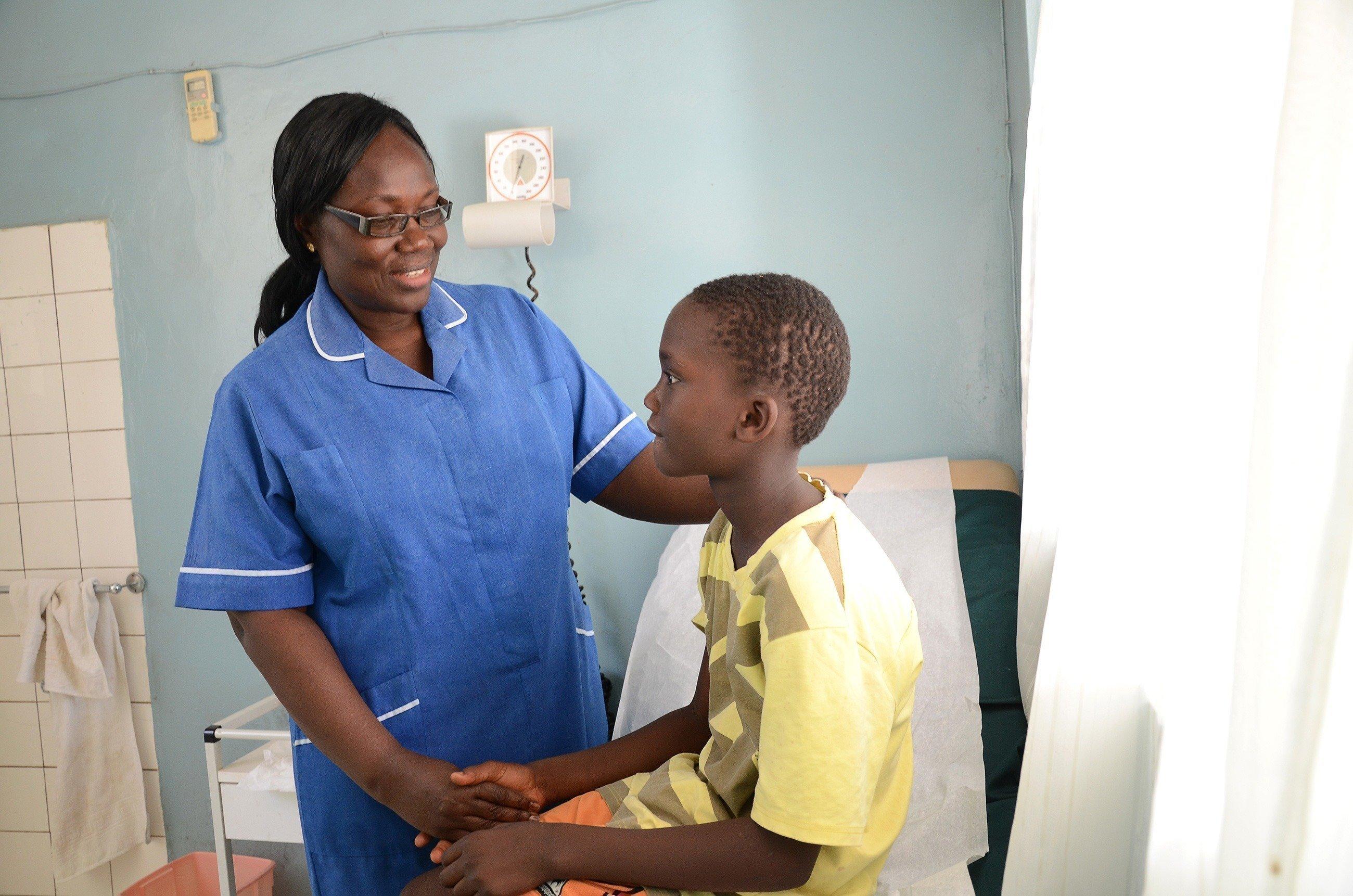 Une infirmière soigne un adolescent.