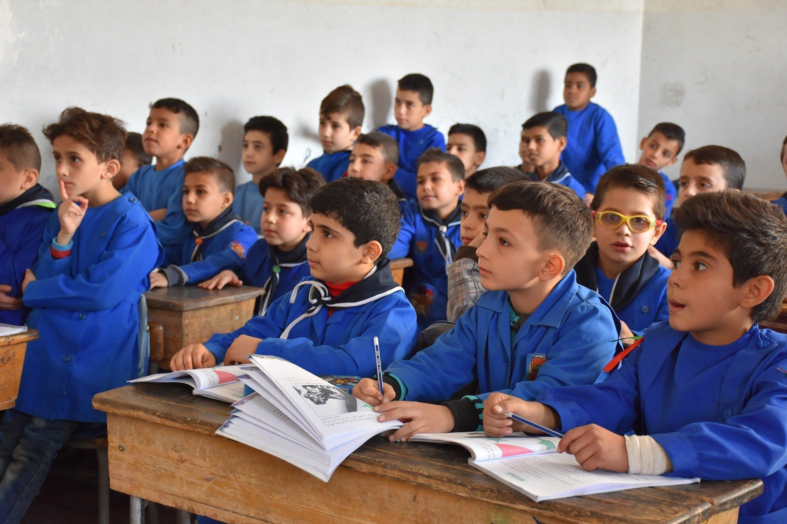 Un groupe de garçons écoute attentivement un cours.