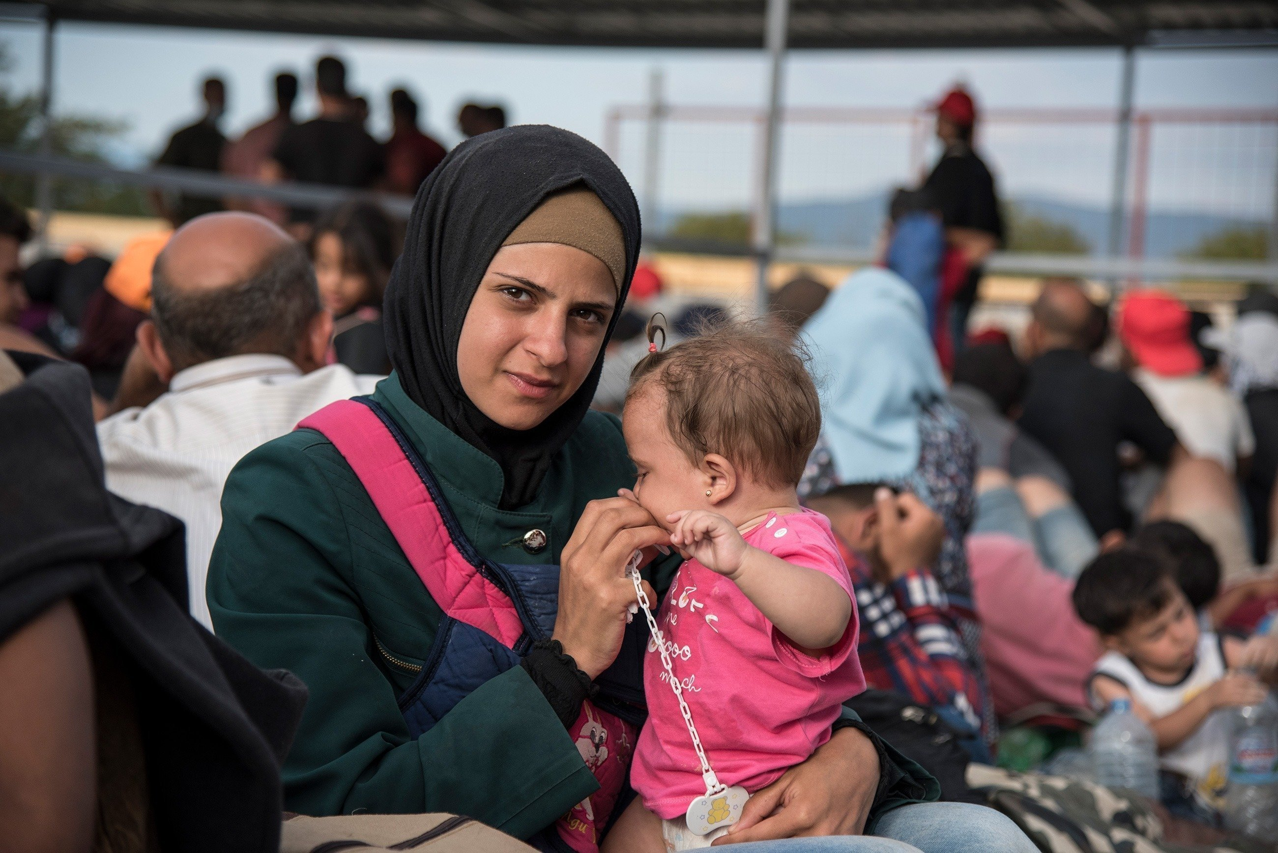 Une mère tient sa petite fille dans ses bras.