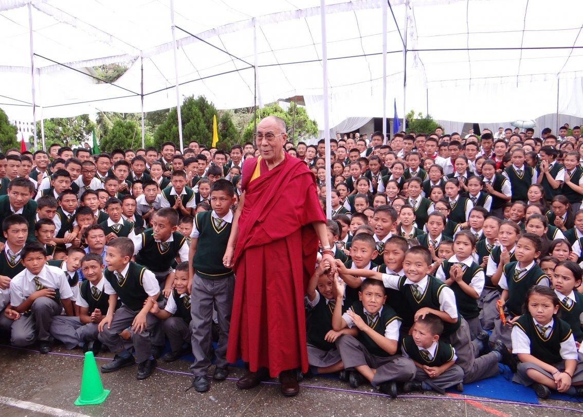Le dalaï-lama face à des centaines d'écoliers de villages d'enfants SOS.