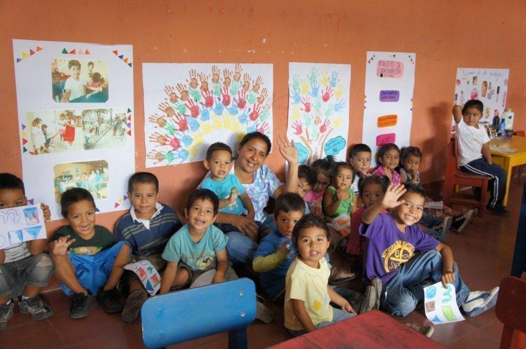 Les enfants dans la peinture du Village d'enfants SOS