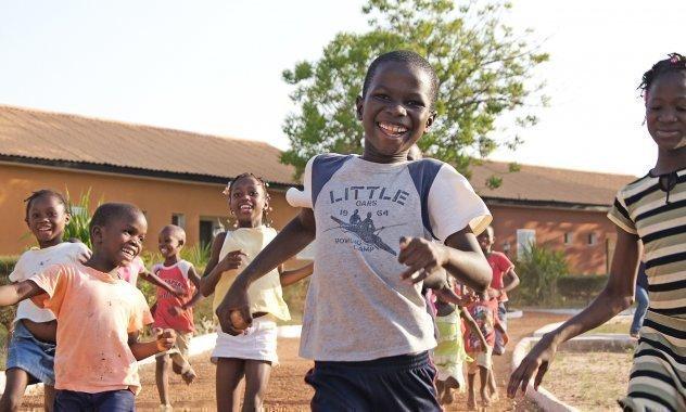 Des enfants d'un village d'enfants SOS en train de jouer au football.