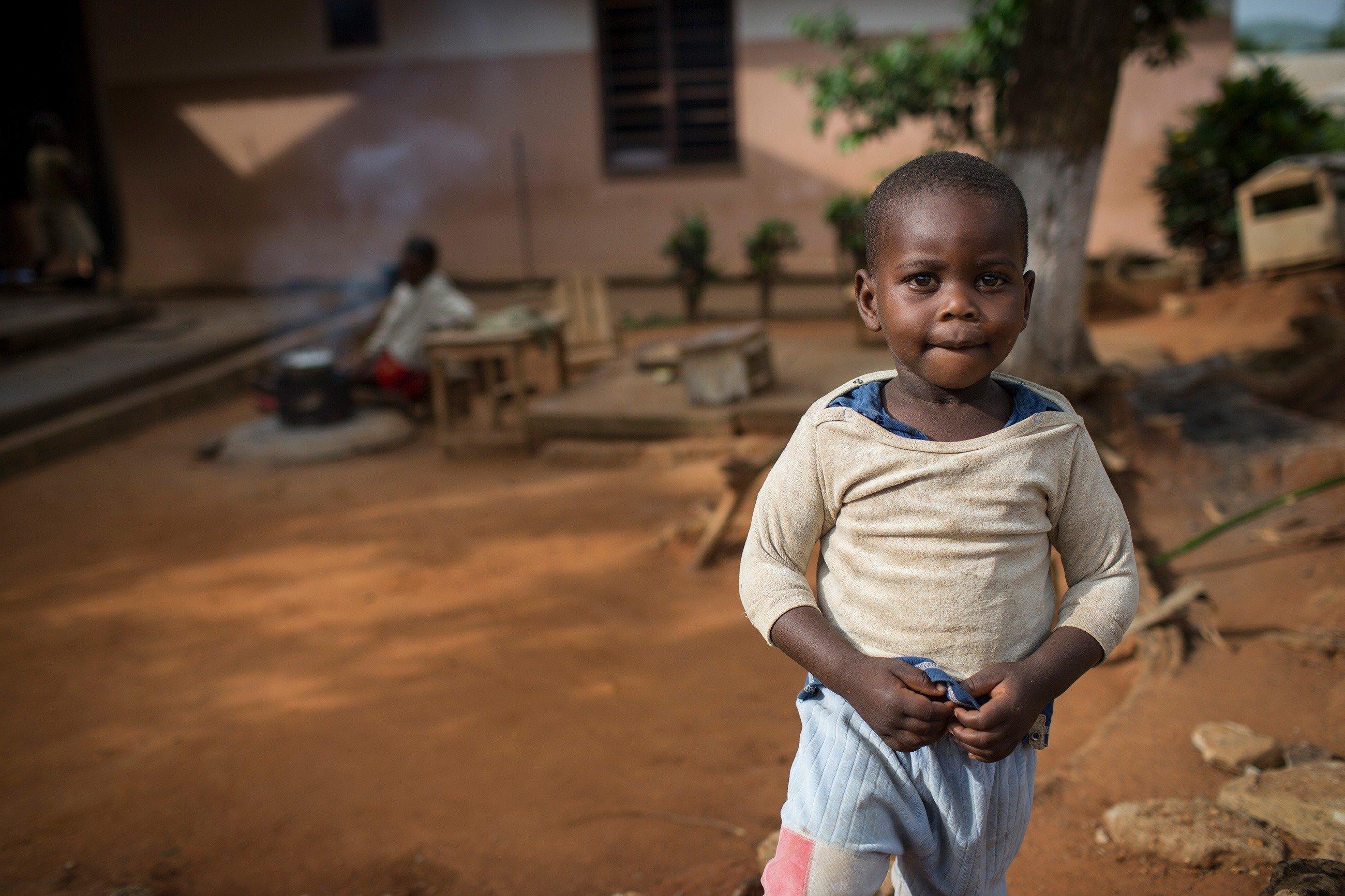 Enfant vêtu de vêtements pauvres