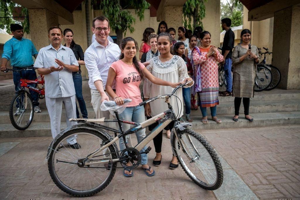 Petite fille avec son vélo.