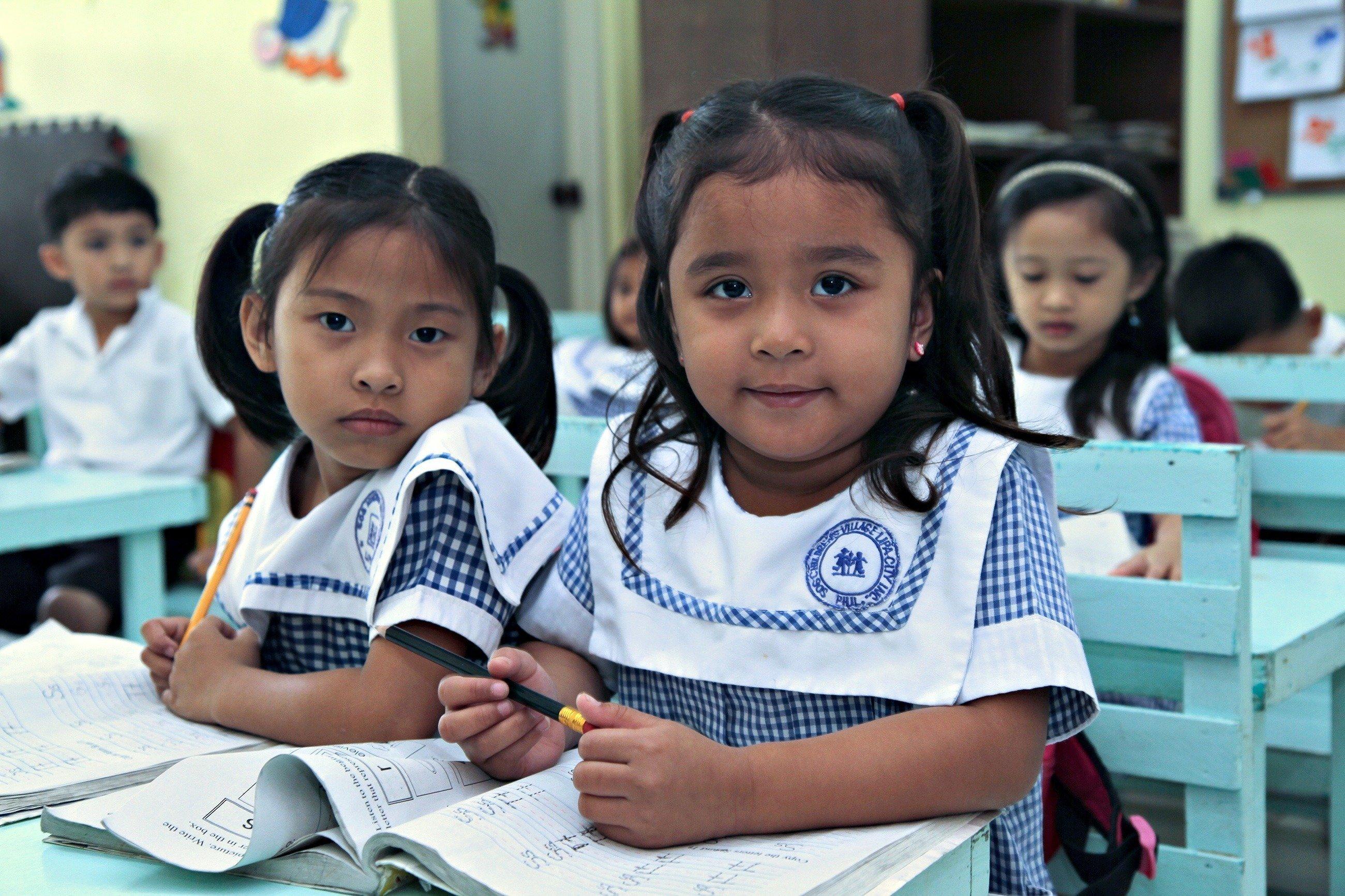 Deux petites filles à l'école.