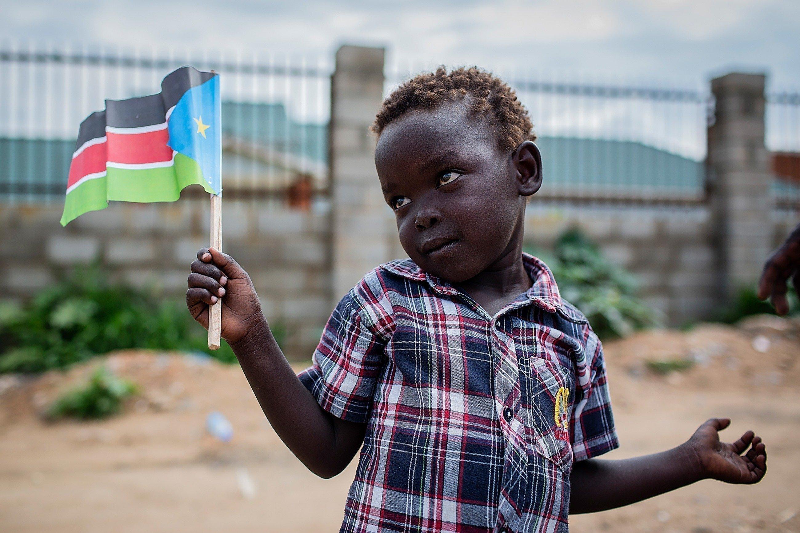 Un petit garçon avec un drapeau africain.