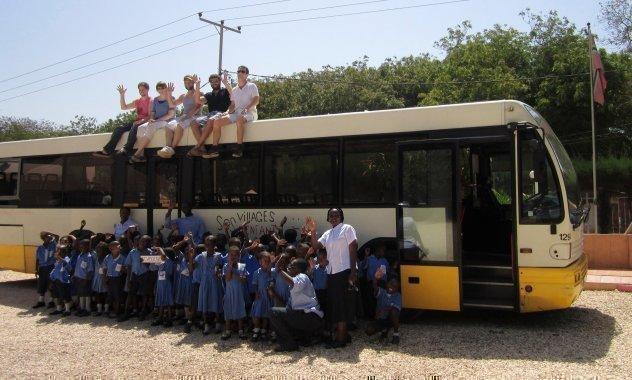Une classe africaine d'un village d'enfants SOS devant un car, lors d'une excursion.