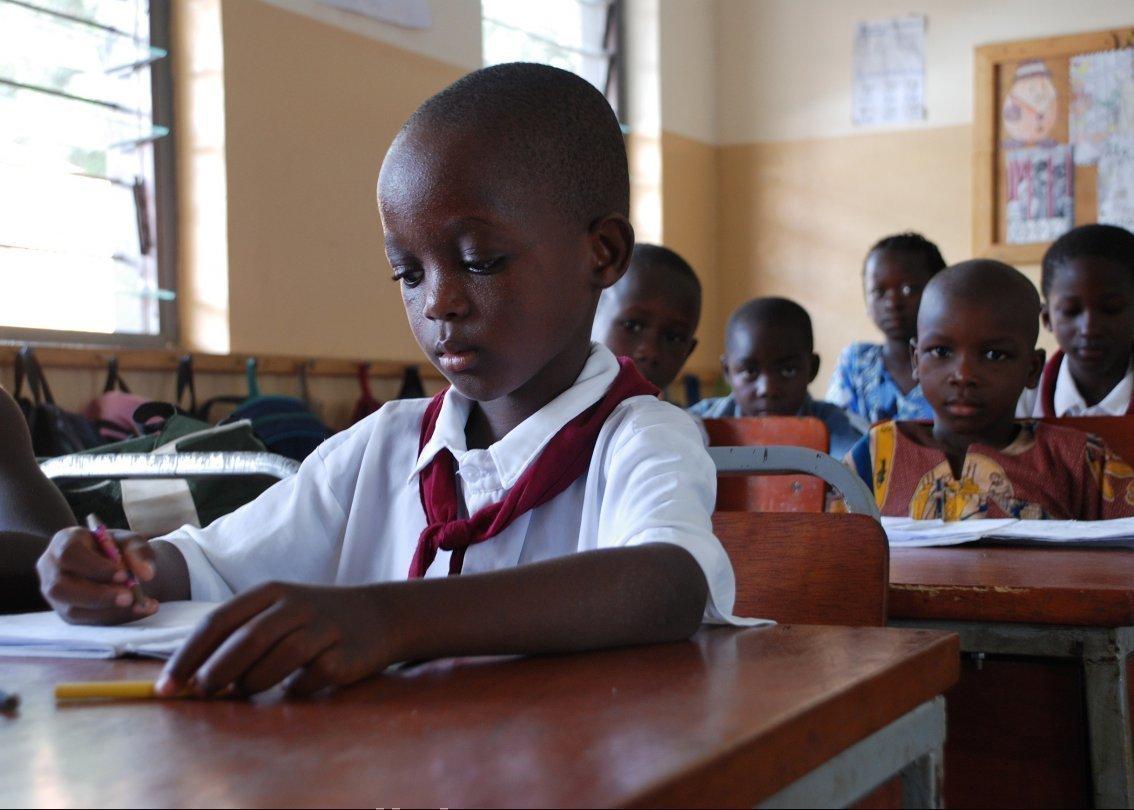 Des écoliers d'un village d'enfants SOS en classe, en train d'étudier.