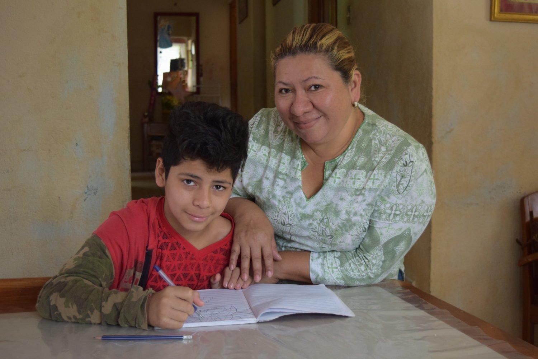 À l'école, Juan apprend à écrire grâce à vos dons.