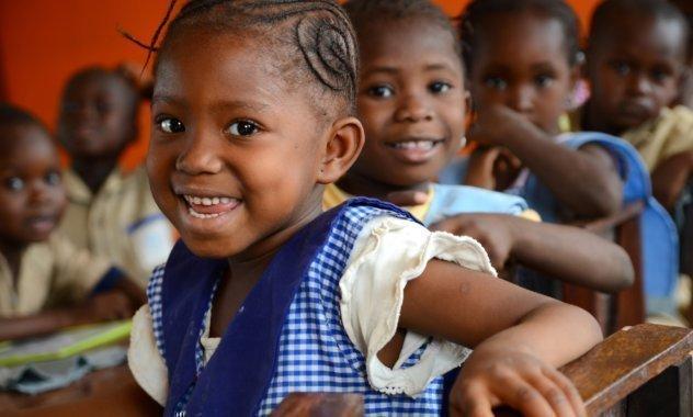 Le rire d'une petite fille en uniforme bleu.