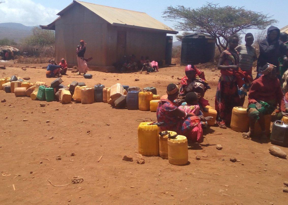 Des femmes africaines et leurs récipients d'eau.
