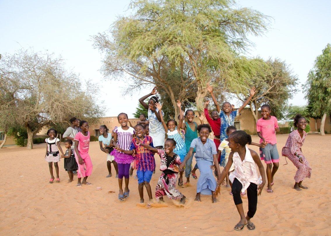 Un groupe d'enfants sautant en l'air en riant.