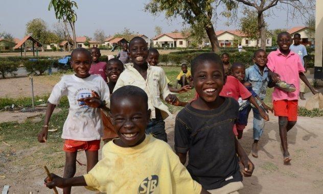 Les enfants d'un village d'enfants SOS profitent de la pause pour jouer.