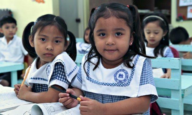 Zwei kleine Mädchen in der Schule.