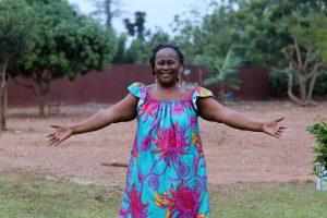 Tale, maman SOS en Côte d'Ivoire, sauve Latifa de la famine et veille de manière désintéressée à ce qu'elle garde la vue.