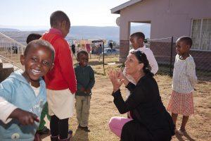 Maria Walliser avec des enfants dans le village d'enfants SOS de Quthing. Photo par Christof Sonderegger