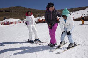 Maria Walliser et les enfants du village d'enfants SOS Lesotho en train de skier à l'AFRISKI Resort au Lesotho. Photo par Christof Sonderegger